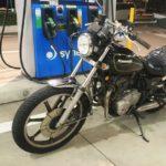 夜のガソリンスタンドでのバイク撮影